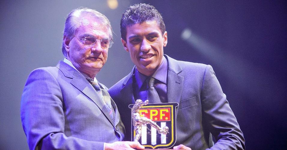 Paulinho, do Corinthians, recebe o prêmio como um dos melhores volantes do Paulistão durante cerimônia