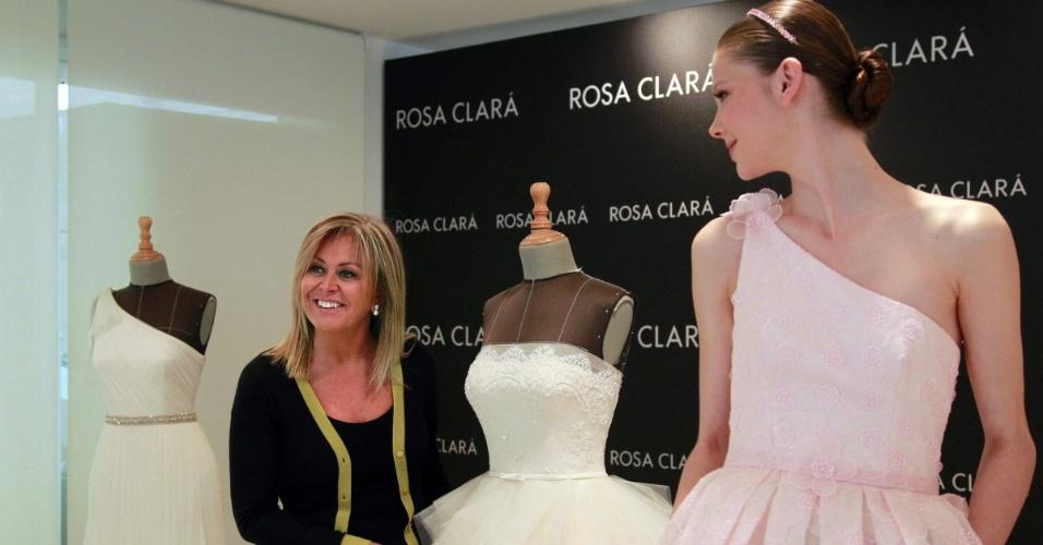 Rosa Clará posa para fotógrafos durante prova dos vestidos (08.05.2012)