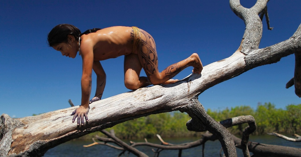 15.mai.2012 - Criança da tribo Yawalapiti brinca no rio Xingu, no Mato Grosso