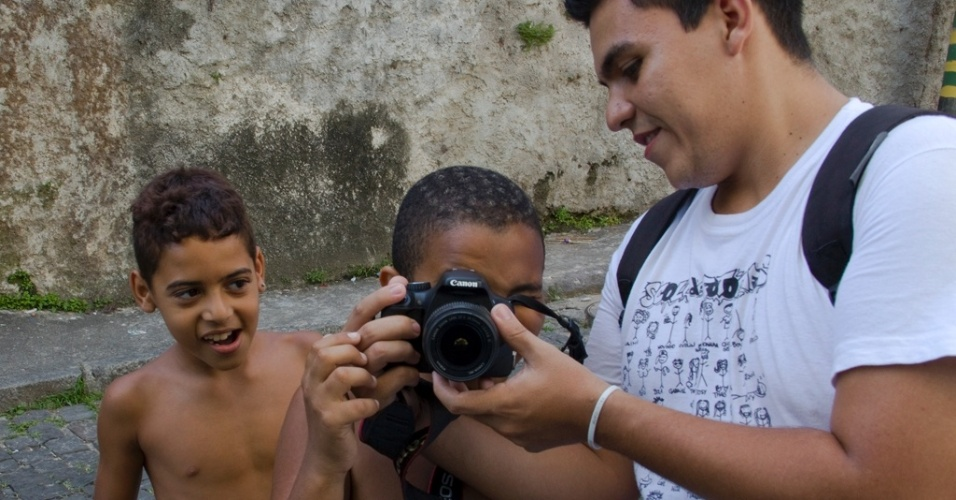 15.mai.2012 - Jovem fot&#243;grafo Leo Lima, morador da favela do Jacarezinho, na zona norte do Rio de Janeiro, ensina crian&#231;as na Escola de Fot&#243;grafos Populares, no Observat&#243;rio de Favelas, na Mar&#233;