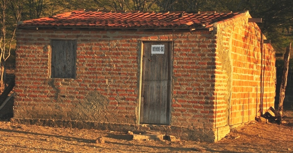 16.mai.2012 - Casa colocada a venda denuncia &#234;xodo rural em Santa Br&#237;gida (BA); com maior seca em d&#233;cadas, Nordeste revive &#234;xodo e abandono do campo
