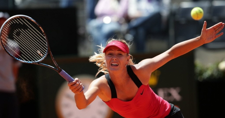 A russa Maria Sharapova se esforça para chegar na bola no Torneio de Roma