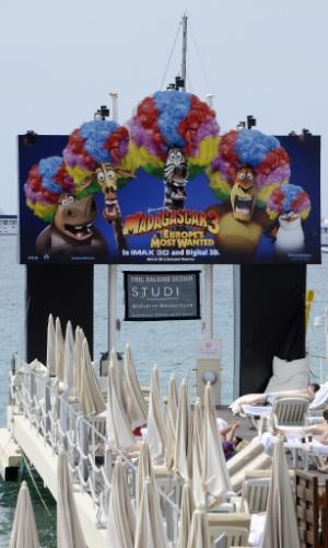 """Cartaz da animação """"Madagascar 3"""" decora o pier do hotel Carlton, em Cannes; a cidade francesa se prepara para receber o 65º Festival de Cannes (15/5/12)"""