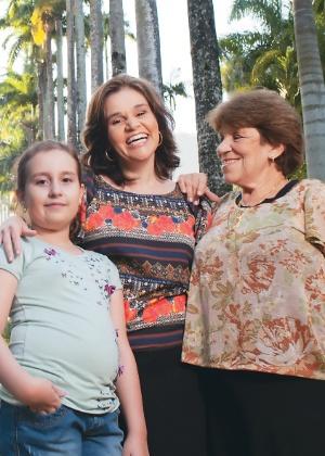 """Cláudia Rodrigues posa para a """"Contigo!"""" com a filha Iza e a mãe Regina no Jardim Botânico (16/5/2012)"""