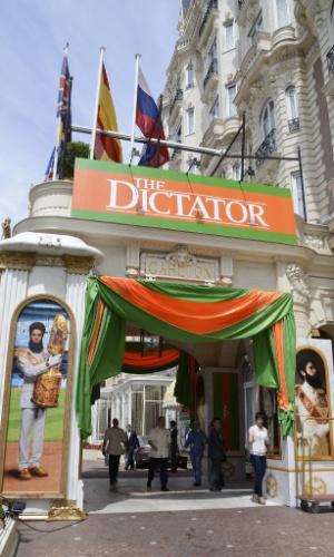"""Detalhe da fachada do hotel Carlton, em Cannes, com cartazes do filme """"O Ditador""""; a cidade francesa se prepara para receber o 65º Festival de Cannes (15/5/12)"""