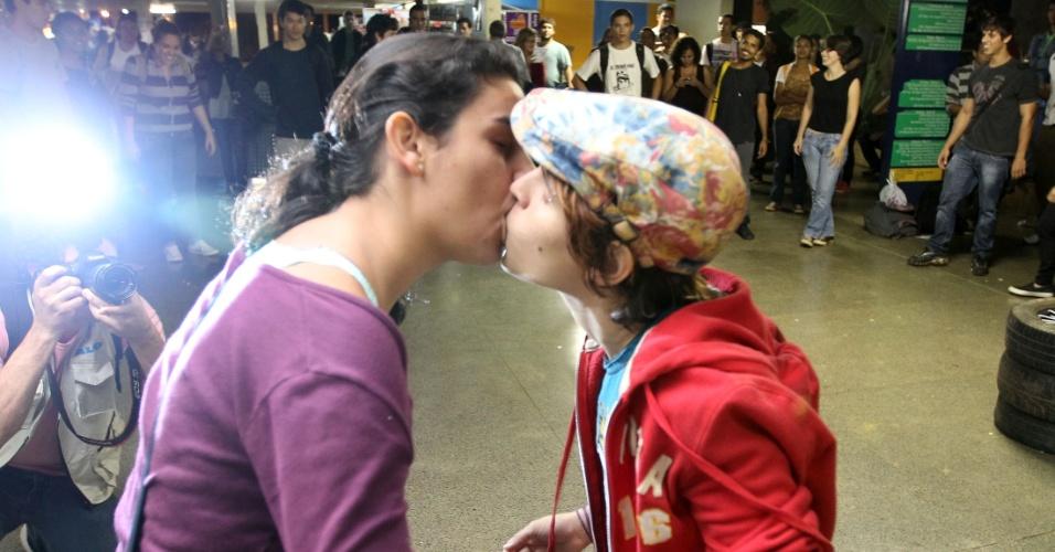 """Estudantes da UnB (Universidade de Brasília) fizeram nesta terça-feira (15), no prédio conhecido como """"Minhocão"""", um """"beijaço"""" contra a homofobia. O protesto faz parte do """"3º UnB Fora do Armário"""". Amanhã (16), acontece, também em Brasília, a Marcha Nacional Contra a Homofobia, em frente ao Palácio do Planalto"""