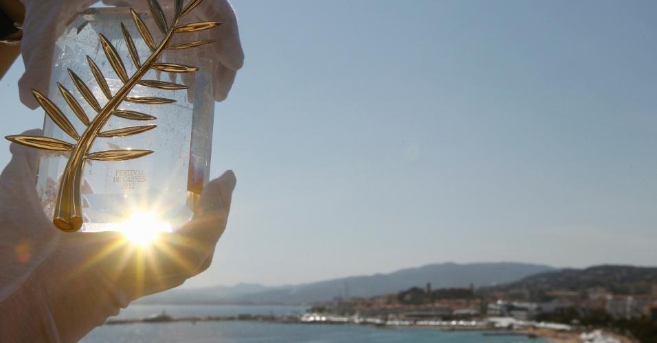 Funcionário do Festival de Cannes mostra a Palma de Ouro, prêmio máximo distribuído no evento francês (15/5/12)