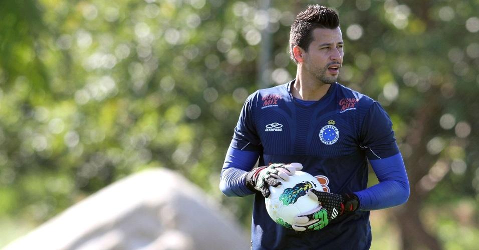 Goleiro Fábio participa de treino do Cruzeiro na Toca da Raposa II (1/5/2012)