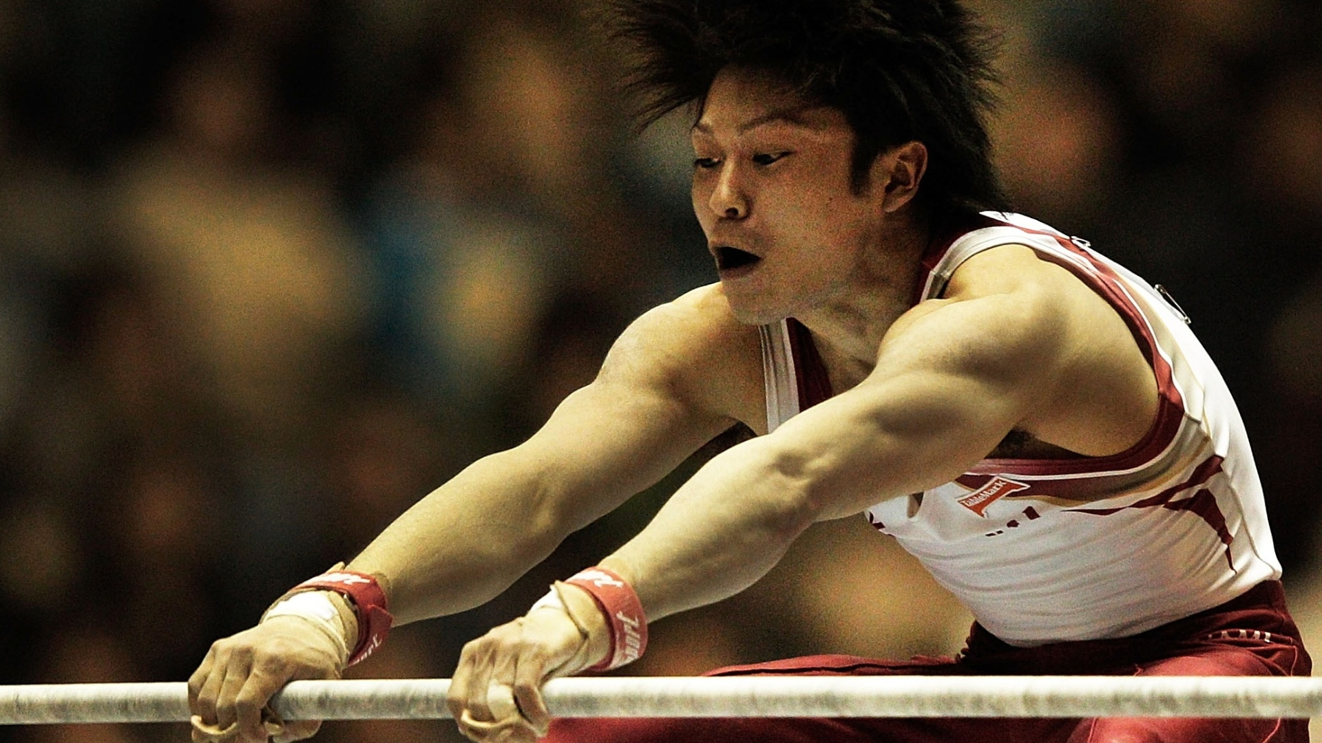 Japons Kohei Uchimura compete na barra em evento de ginstica, em Tquio