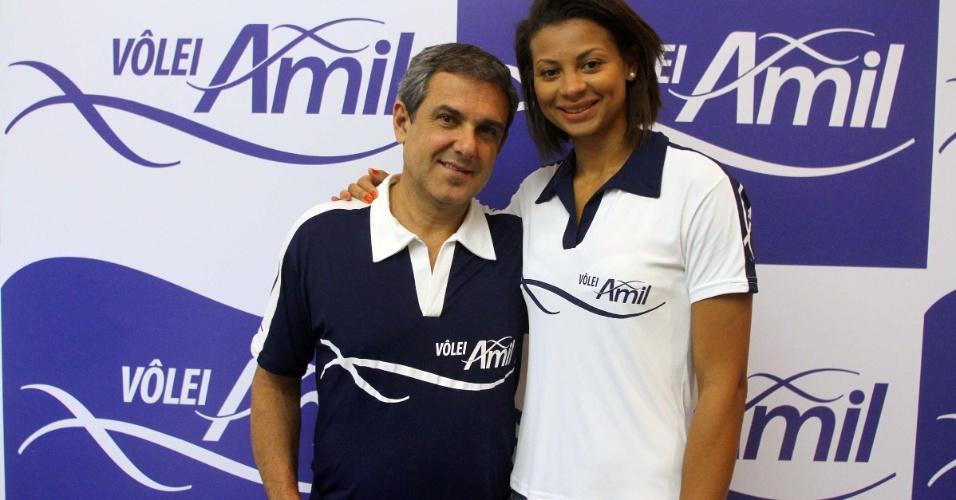 José Roberto Guimarães e Walewska durante a apresentação do Vôlei Amil, de Campinas