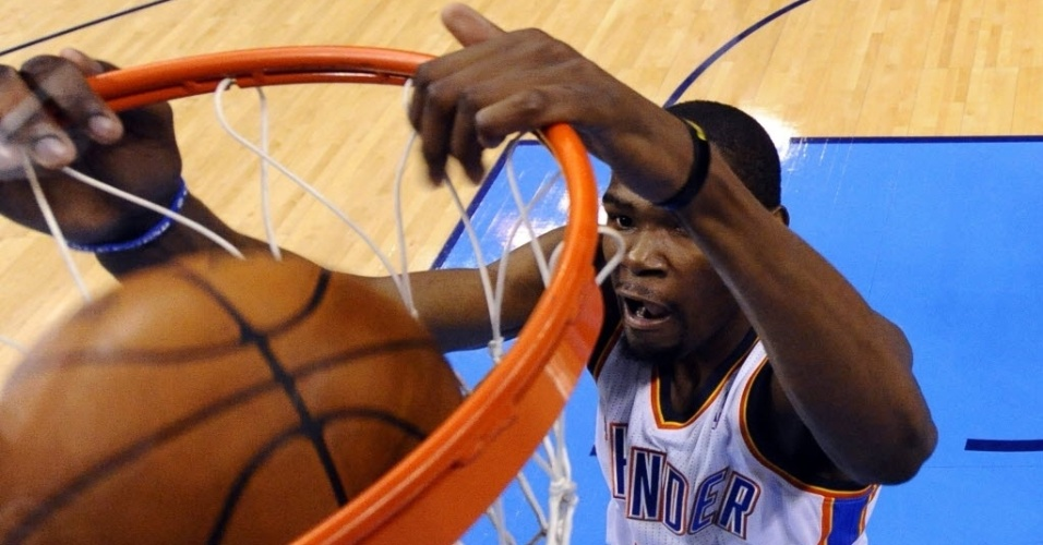 Kevin Durant, o astro do Oklahoma City Thunder, consegue a enterrada no duelo contra os Lakers