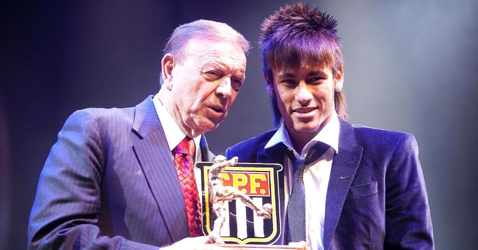 Neymar recebeu seu prêmio das mãos de José Maria Marin, presidente da CBF