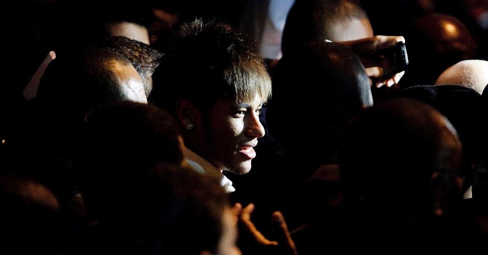 Neymar sorri em cerimônia de premiação. Craque foi o mais assediado da festa