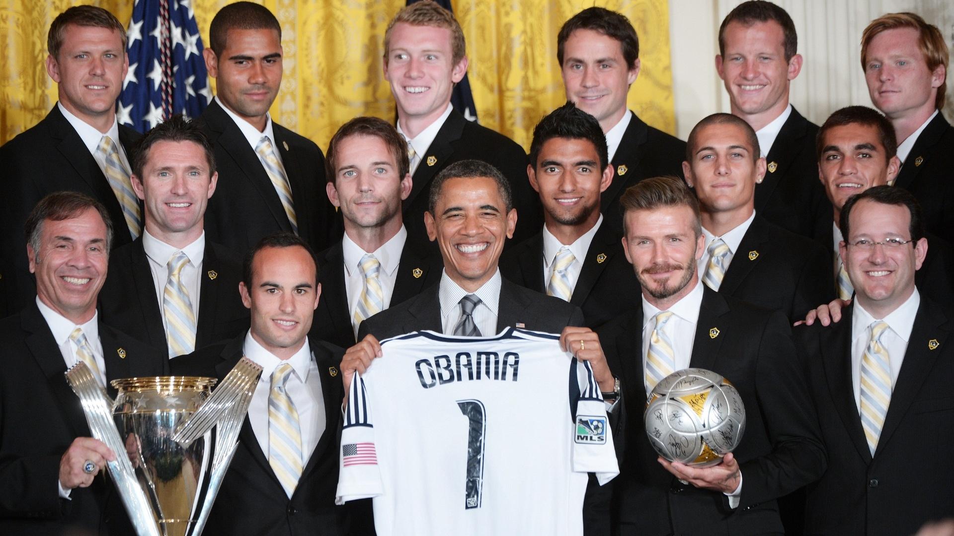 Obama segura camisa ao lado do técnico do LA Galaxy, Bruce Arena, Landon Donovan e David Beckham