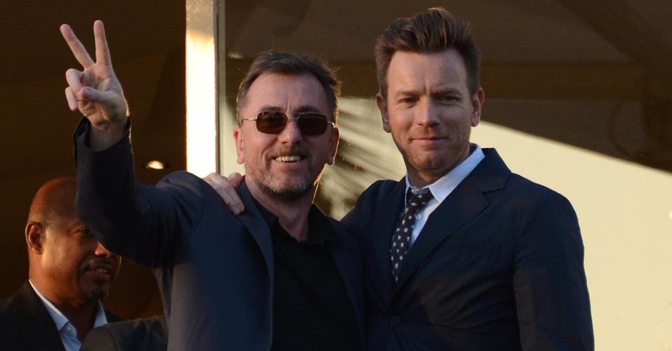 Os atores Tim Roth (esq.) e Ewan McGregor (dir.) posam para fotos no terraço do Hotel Martinez, em Cannes (15/5/12)
