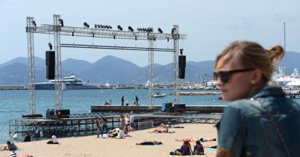 Praia da cidade francesa de Cannes recebe telão onde serão exibidos filmes durante o 65º Festival de Cannes (15/5/12)