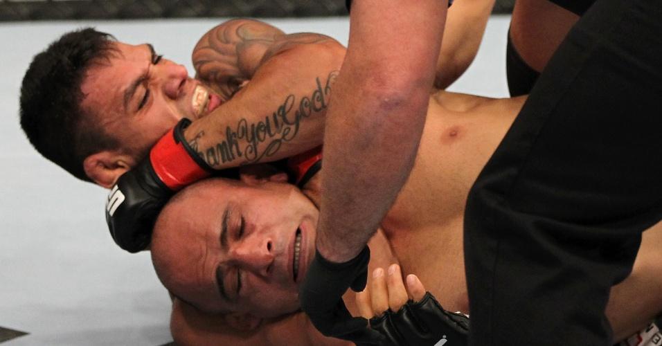 Rafael dos Anjos aplica um mata-leão vencedor no iraniano Kamal Shalorus durante o UFC on Fuel 3