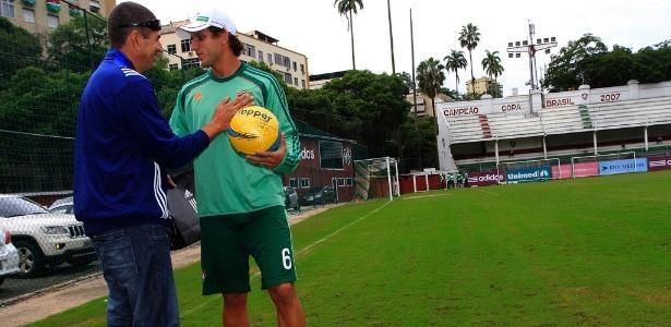Rafael Moura recebe a bola da final das mãos do árbitro Marcelo de Lima Henrique
