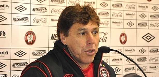 Técnico do Atlético-PR, Juan Carrasco, concede entrevista no CT do Caju (15/05/2012)