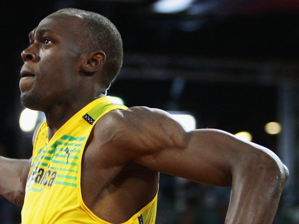 Usain Bolt cruza a linha de chegada dos 100 m rasos em Pequim-2008
