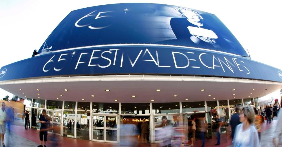 Visitantes caminham em frente ao Palácio do Festival, que recebe o Festival de Cannes 2012 entre 16 e 27 de maio (15/5/12)