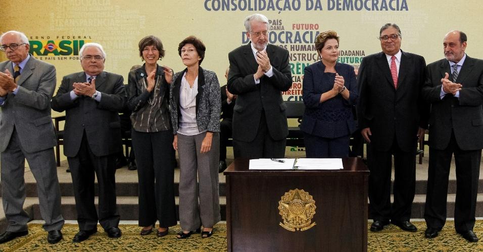 16.mai.2012 - Ao lado dos integrantes da Comissão da Verdade, a presidente Dilma Rousseff participa de cerimônia da instalação da comissão, no Palácio do Planalto, em Brasília. O grupo passará os próximos dois anos apurando violações aos direitos humanos ocorridas entre 1946 e 1988, período que inclui a ditadura militar