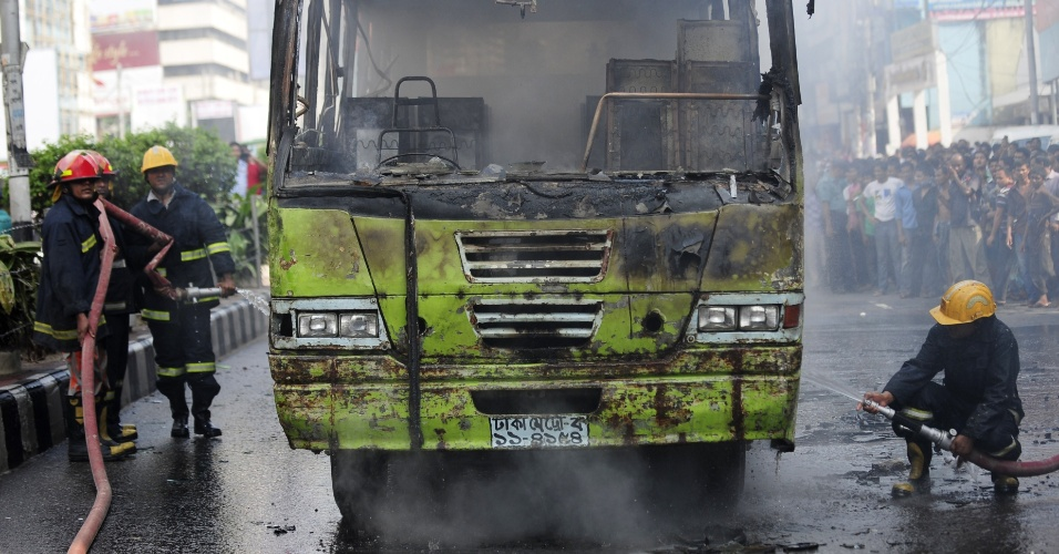 16.mai.2012 - Bombeiros apagam fogo em &#244;nibus incendiado por apoiadores do Partido Nacionalista de Bangladesh, nesta quarta-feira (16), em Dhaka. Os manifestantes protestavam contra a decis&#227;o judicial que negou fian&#231;a a membros do partido, presos por participar de um ato contra o governo do pa&#237;s