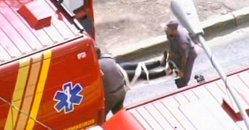 16.mai.2012 - Equipe dos bombeiros atendem a passageiros feridos na manhã desta quarta-feira (16) após colisão entre dois trens da linha 3-vermelha do metrô de São Paulo. Algumas pessoas ficaram feridas no acidente, que aconteceu entre as estações Carrão e Tatuapé, na zona leste da capital paulista