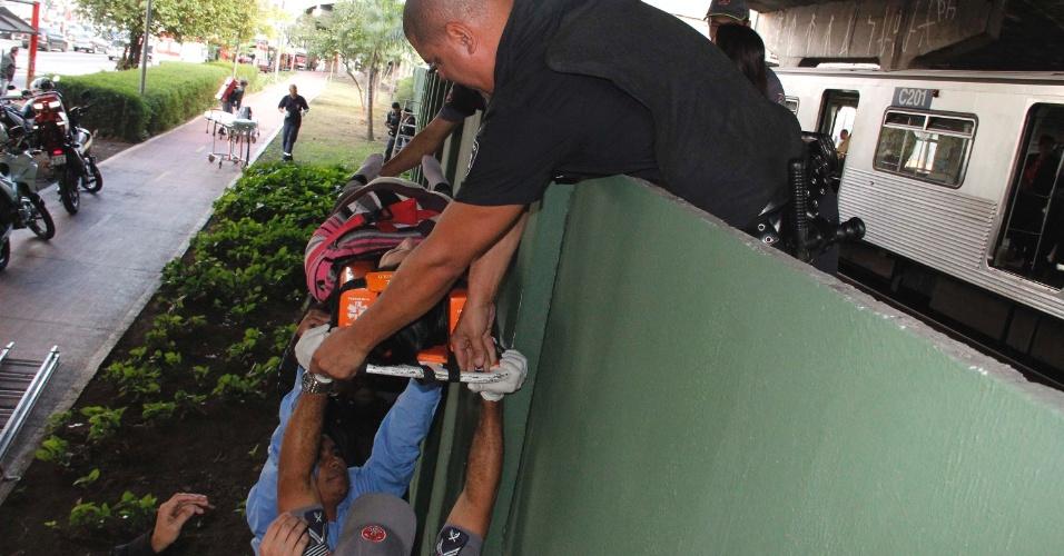 16.mai.2012 - Equipe dos bombeiros passa por cima do muro passageiros feridos na manhã desta quarta-feira (16) na colisão entre dois trens da linha 3-vermelha do metrô de São Paulo. Algumas pessoas ficaram feridas no acidente, que aconteceu entre as estações Carrão e Tatuapé, na zona leste da capital paulista