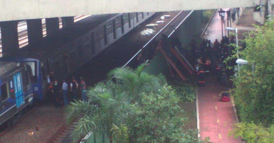 16.mai.2012 - Internauta registra ação dos bombeiros  no trilho entre as estações Penha e Carão, na zona leste de São Paulo, minutos após a colisão entre os dois trens da linha 3-vermelha do Metrô de São Paulo