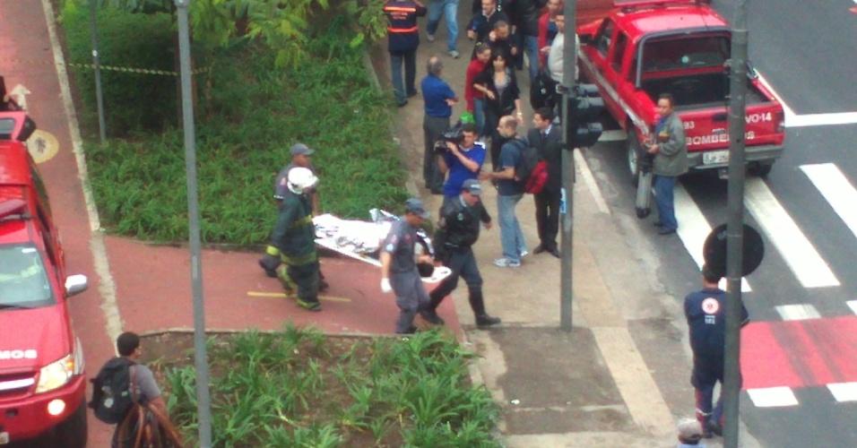 16.mai.2012 - Internauta registra bombeiro levando vítima da colisão entre os dois trens da linha 3-vermelha do Metrô de São Paulo para ambulância, na zona leste de São Paulo
