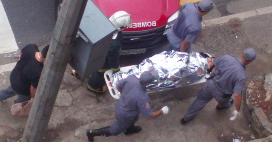 16.mai.2012 - Internauta registra bombeiros socorrendo uma das vítimas da colisão entre os dois trens da linha 3-vermelha do Metrô de São Paulo, na zona leste de São Paulo