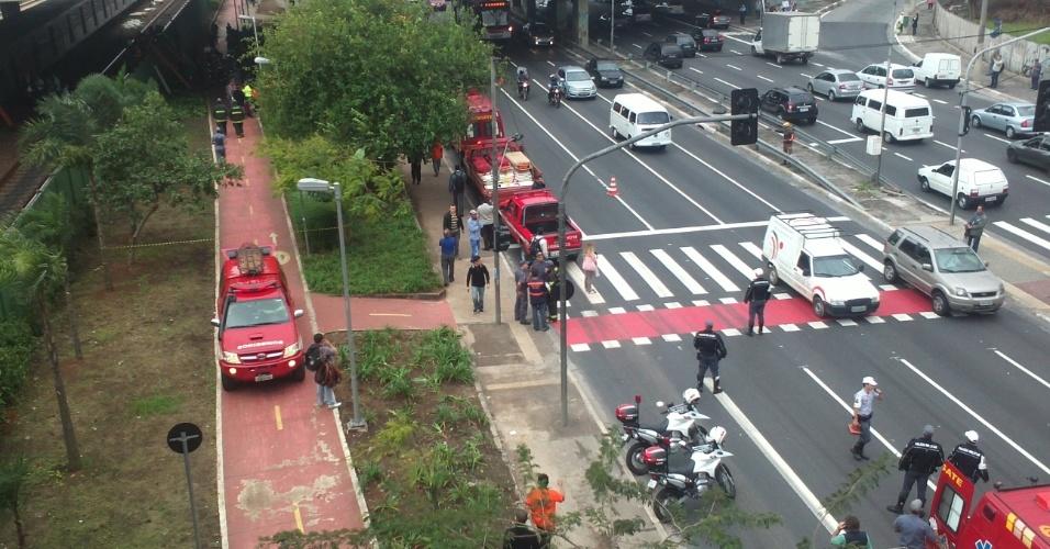 16.mai.2012 - Internauta registra movimentação de policiais militares, de ambulâncias e de curiosos entre as estações Penha e Carão, na zona leste de São Paulo, minutos após a colisão entre os dois trens da linha 3-vermelha do Metrô de São Paulo