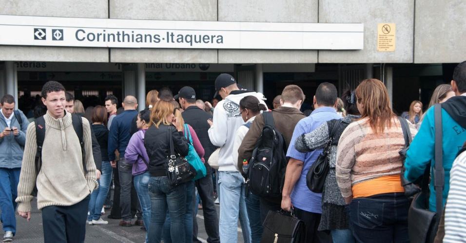 16.mai.2012 - Movimentação intensa de passageiros na estação Corinthians/Itaquera, na cidade de São Paulo, após a colisão de duas composições na Linha 3-Vermelha do Metrô