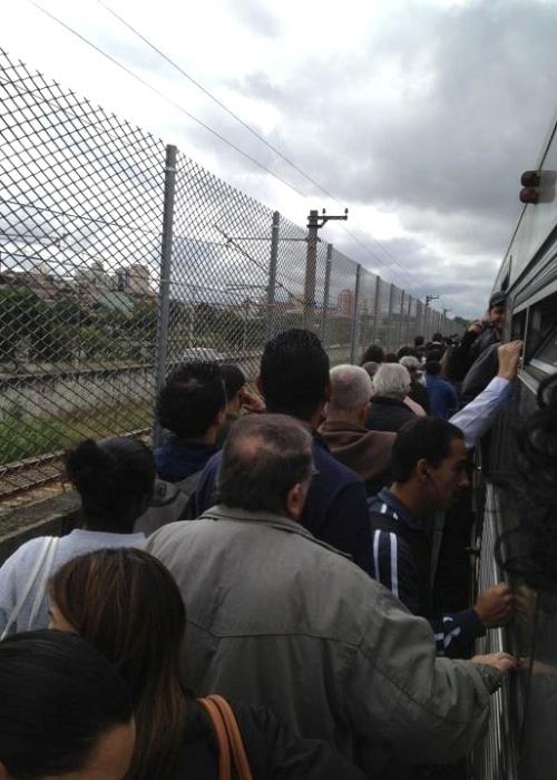 16.mai.2012 - O internauta Sérgio Antero, que estava no metrô no momento da colisão, registrou o momento em que os passageiros sairam dos vagões para os trilhos na manhã desta quarta-feira (16), entre as estações Carrão e Tatuapé, na zona leste de São Paulo