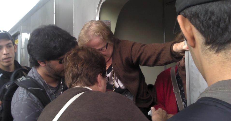 16.mai.2012 - Passageira registra momento em que idosa é retirada de vagão na manhã desta quarta-feira (16) após colisão entre dois trens da linha 3-vermelha do metrô de São Paulo. Algumas pessoas ficaram feridas no acidente, que aconteceu entre as estações Carrão e Tatuapé, na zona leste da capital paulista