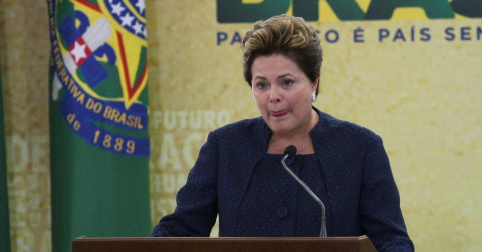 16.mai.2012 - Presidente Dilma Rousseff chora ao citar familiares de desaparecidos, nesta quarta-feira (16), em cerim&#244;nia oficial de instala&#231;&#227;o da Comiss&#227;o da Verdade, no Pal&#225;cio do Planalto. O grupo ter&#225; a miss&#227;o de investigar e narrar viola&#231;&#245;es aos direitos humanos ocorridas entre 1946 e 1988 (que abrange o governo do presidente Eurico Gaspar Dutra at&#233; a publica&#231;&#227;o da Constitui&#231;&#227;o Federal)