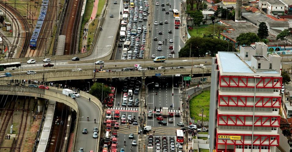 16.mai.2012 - Trânsito fica congestionado na pista sentido centro da Radial Leste, na altura do metrô Carrão, onde dois trens se chocaram na manhã desta quarta-feira (16), na zona leste de São Paulo
