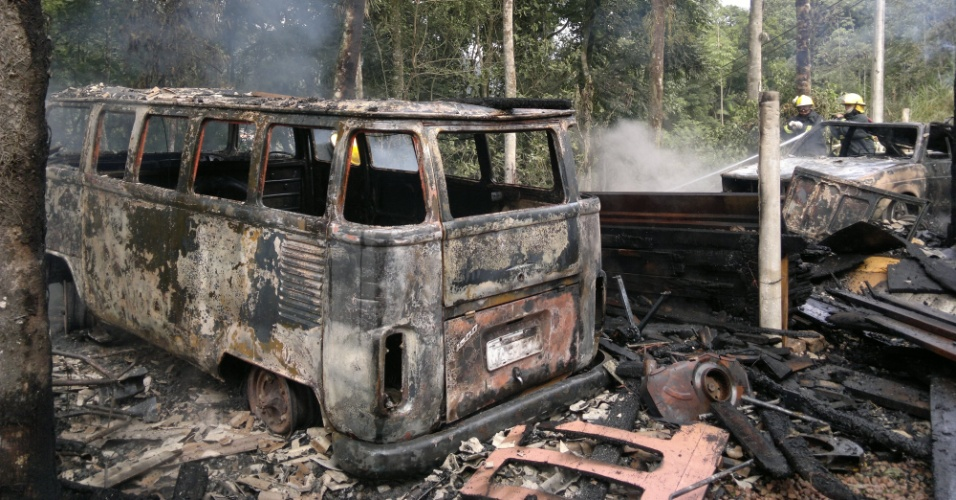16.mai.2012 - Um inc&#234;ndio destruiu dois carros que estavam na garagem de uma casa do bairro Velha Central, em Blumenau