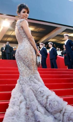 A atriz Eva Longoria sobe as escadas do Palácio do Festival, que recebe a abertura do Festival de Cannes 2012 (16/5/12)
