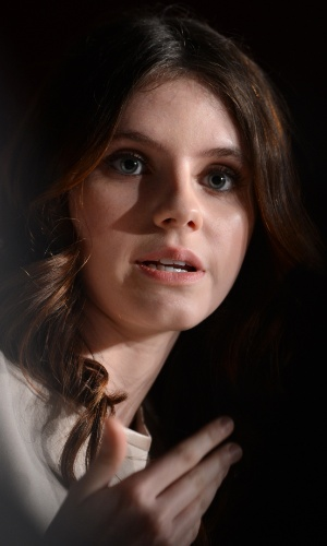 A atriz Kara Hayward fala sobre o filme &#34;Moonrise Kingdom&#34;, de Wes Anderson, que abre o Festival de Cannes 2012, durante coletiva realizada para a imprensa (16/5/12)