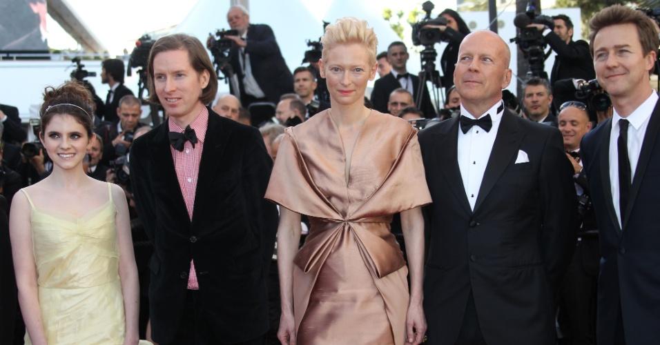 """A atriz Kara Hayward, o diretor Wes Anderson, e os atores Tilda Swinton, Bruce Willis e Edward Norton, do filme de abertura de Cannes, """"Moonrise Kingdom"""", posam para fotos no tapete vermelho do Palácio do Festival, que recebe a abertura do Festival de Cannes 2012 (16/5/12)"""