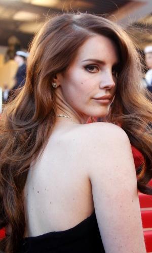 A cantora Lana Del Rey passa pelo tapete vermelho do Palácio do Festival, que recebe a abertura do Festival de Cannes 2012 (16/5/12)