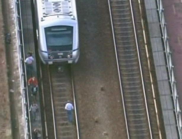 16.mai.2012 - Passageiros andam pelos trilhos na manhã desta quarta-feira (16) após colisão entre dois trens da linha 3-vermelha do metrô de São Paulo. Algumas pessoas ficaram feridas no acidente, que aconteceu entre as estações Carrão e Tatuapé, na zona leste da capital paulista
