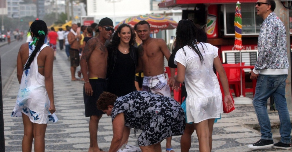 Adriana Birolli tira foto com f&#227;s na orla da praia de Ipanema, zona sul do Rio (16/5/12)