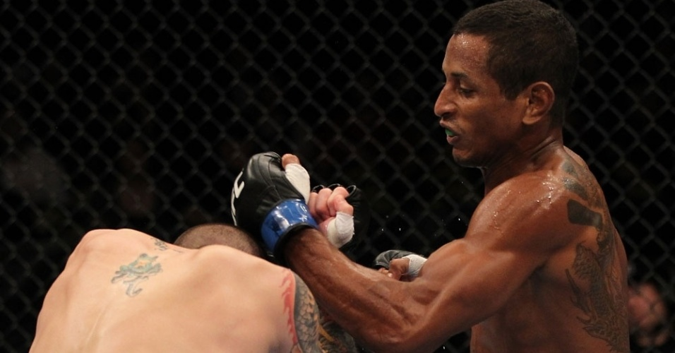 Brasileiro Johnny Eduardo tenta atingir Jeff Curran durante sua vitória no UFC, encerrando um jejum para o país