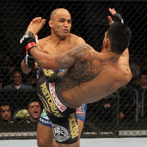 Brasileiro Rafael dos Anjos dá chute certeiro no rival Kamal Shalouros, em uma vitória rápida no UFC, em Fairfax (EUA)