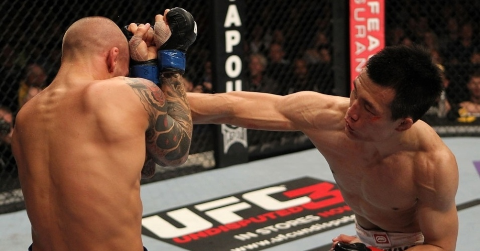 Chan Sung Jung, o Zumbi Coreano, atinge Dustin Poirier em sua vitria no UFC on Fuel TV 3, nos EUA