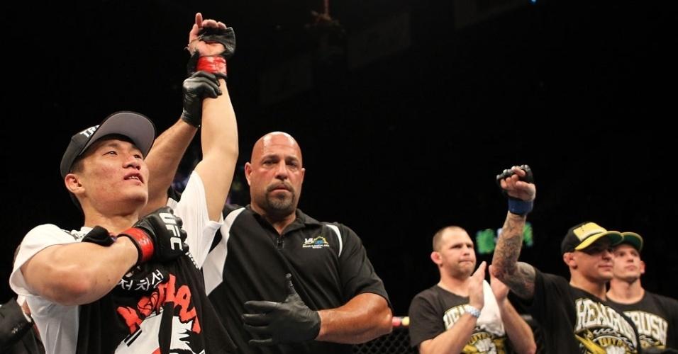 Chang Sung Jung comemora a vitória sobre Poirier; lutador coreano já lançou desafio a José Aldo