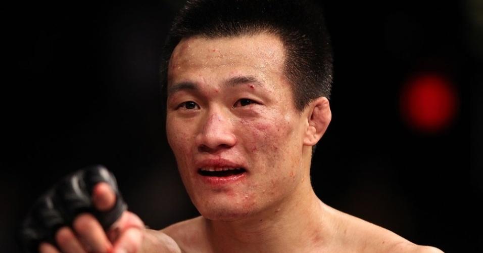 """Chang Sung Jung, o Zumbi Coreano, exibe as marcas da batalha contra Dustin Poirier; após a vitória, ele lançou um desafio ainda no octógono: """"Eu quero José Aldo"""""""
